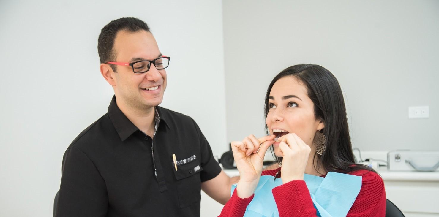 Dr Javier trejos enseñando como colocar un aparato invisible