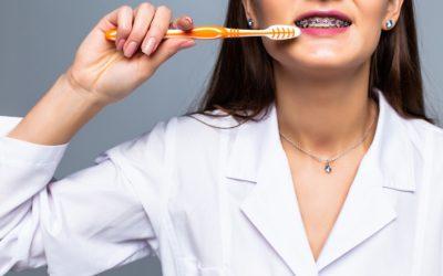 Limpieza dental con brackets